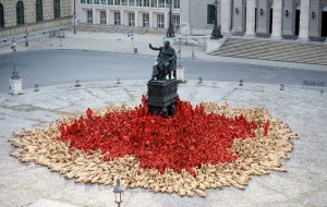 Spencer-Tunick-Nude-Installation-Opens-2012-Munich-Opera-Festival-600x380